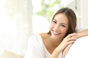 kobieta ze zdrowym uśmiechem