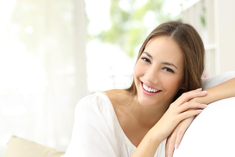 kobieta zezdrowym uśmiechem