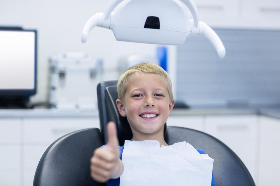 chłopiec nafotelu dentystycznym
